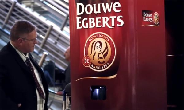 Deze koffieautomaat van Douwe Egberts zet gratis koffie als je gaapt