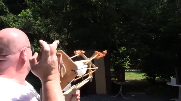 Deze kruisboog lanceert WC-borstels