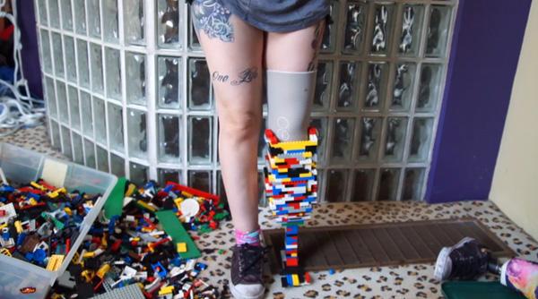 Vrouw maakt beenprothese van LEGO