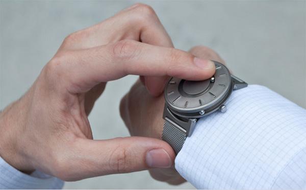 Dit magnetische horloge laat je voelen hoe laat het is