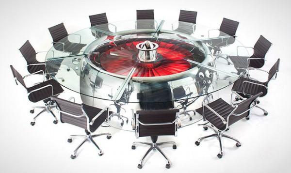 Stijlvolle vergadertafel is gemaakt van vliegtuigmotor
