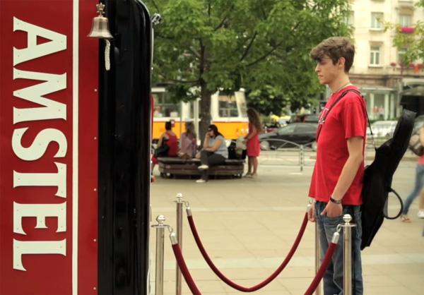 Deze drankautomaat van Amstel geeft gratis bier weg, mits je lang genoeg wacht