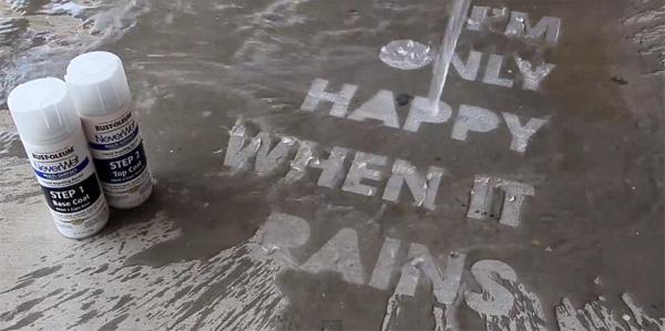 Creatief adverteren: dankzij de NeverWet Spray zie je deze letters alleen als het regent