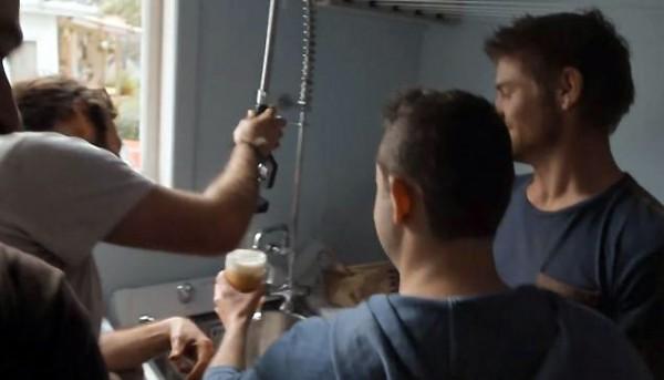 Een waterleiding vol met bier: de beste manier om je vrienden te verrassen