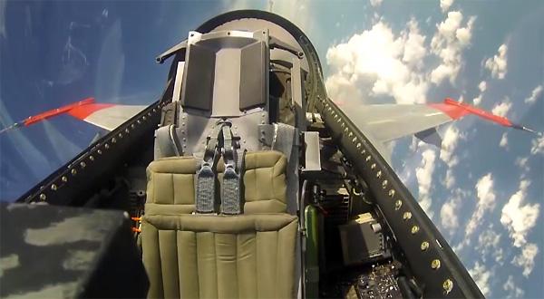 Deze F16 vliegt zonder piloot, eindigt als kannonenvoer