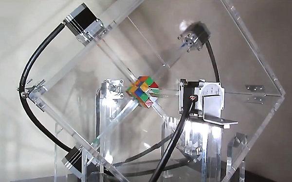 Deze vliegensvlugge robot lost in één seconde een Rubik's Cube op