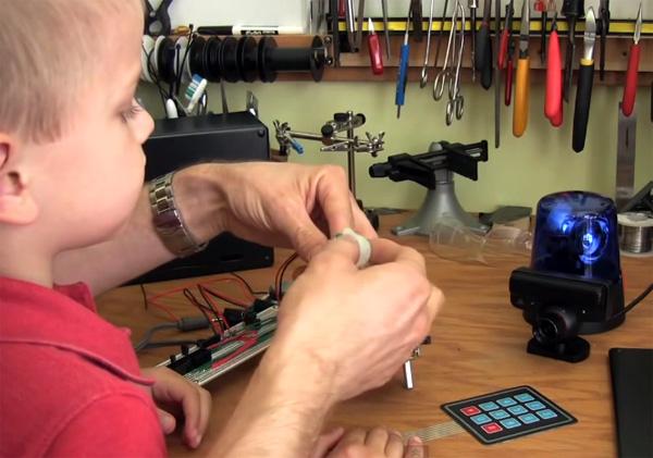 Geeky vader bouwt alarmsysteem om zijn zoontje af te schrikken