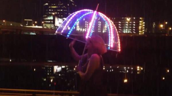 Florabrella: een lichtgevende paraplu die zich aanpast aan je outfit