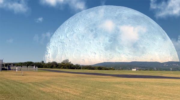 Hoe de maan eruit zou zien als zij op dezelfde afstand van de aarde stond als het ISS