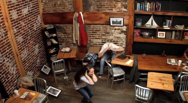 Hoe een meisje een café voor de gek houdt met telekinetische krachten