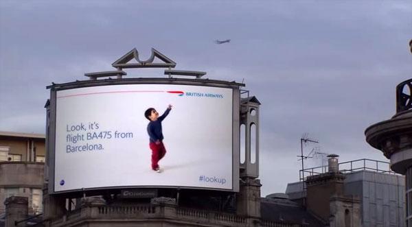 High-tech adverteren: een billboard met een kind dat wijst naar overvliegende vliegtuigen
