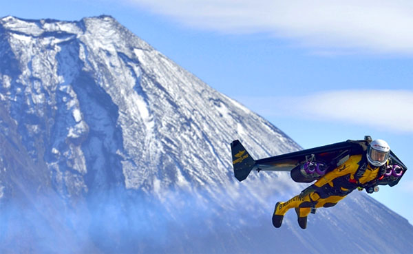 Waaghals vliegt met een zelfgemaakte jetpack negen rondjes om de hoogste berg van Japan