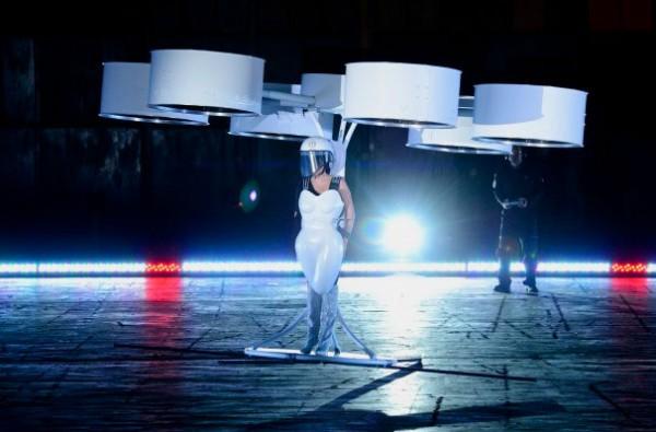 Een jurk die kan vliegen? U vraagt, Lady Gaga draait
