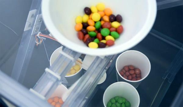 Voorkeur voor een bepaalde soort Skittles of M&M's? Deze machine sorteert ze op kleur