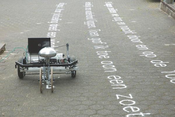 De Skryf robot van Gijs van Bon schrijft gedichten met zand