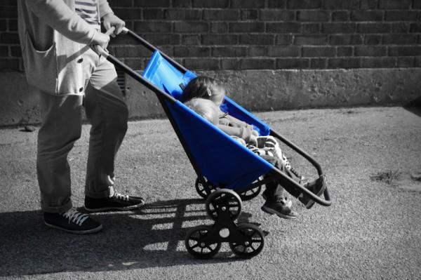 Deze innovatieve kinderwagen heeft zes wielen, waardoor je er makkelijk mee de trap af kunt