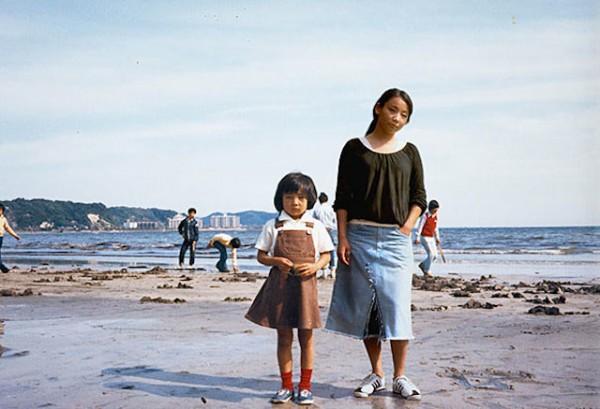 Photoshop op zijn best: fotografe plakt zichzelf in foto's uit haar kindertijd