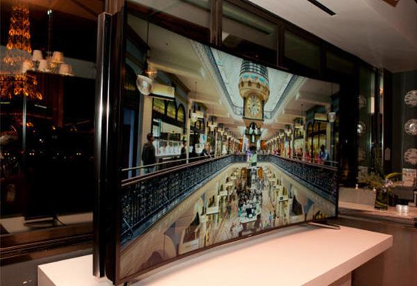Samsung onthult een televisie die met een druk op de knop een krom scherm krijgt