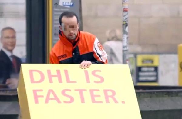 Postbezorger DHL laat concurrenten voor zich adverteren. Gratis en voor niets.