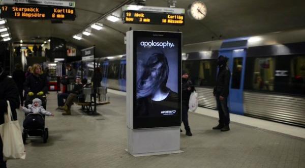 Creatief adverteren: de haren van dit model bewegen als de metro langsrijdt