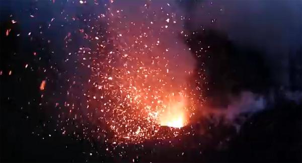De binnenkant van een vulkaan, gefilmd met een drone