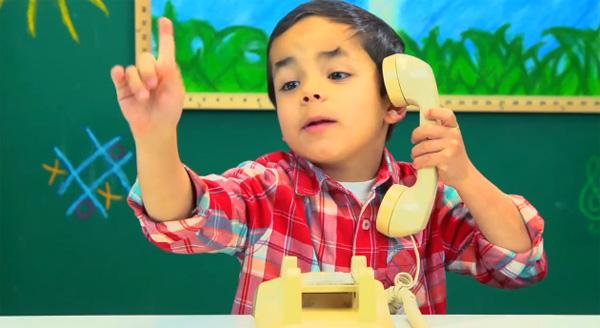 Deze video laat zien dat kinderen geen idee hebben hoe een telefoon met een draaischijf werkt