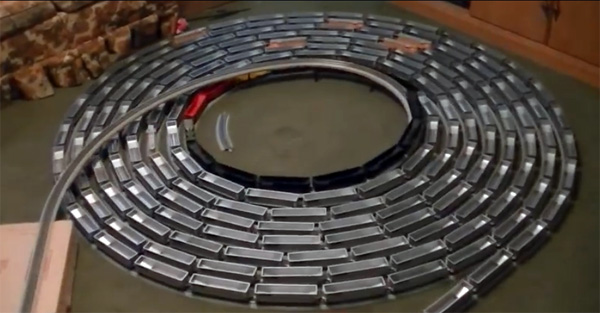 Hypnotiserend: een modeltrein die eindeloos spiraalvormige rondjes rijdt