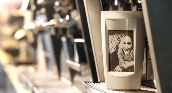 Deze beker heeft een scherm dat van energie wordt voorzien door hete koffie
