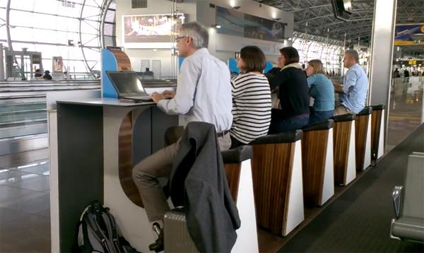 Op Schiphol laad je een smartphone op door te fietsen