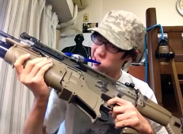 Japanse tiener poetst zijn tanden met een machinegeweer