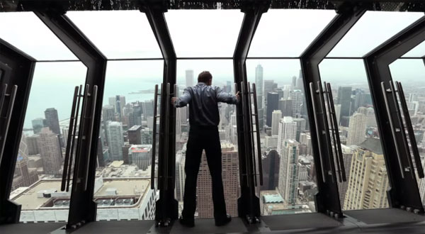 De ramen van deze wolkenkrabber in Chicago zijn doodeng