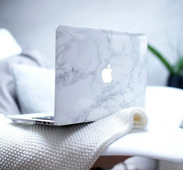 Geef je MacBook een klassiek tintje met de White Marble Laptop Decal