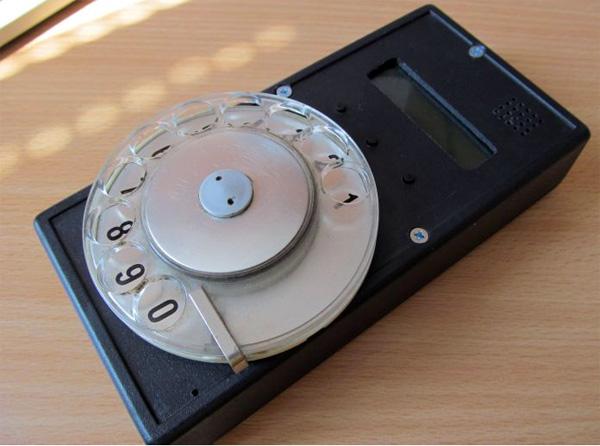Hacker bouwt een mobiele telefoon met een draaischijf