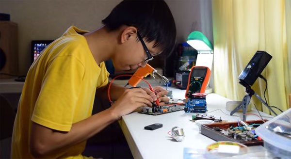 Tiener ontwikkelt schoenen waarmee je smartphones kunt opladen