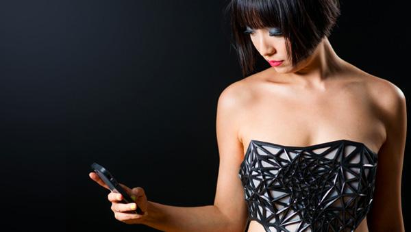 Hoe meer je online deelt, hoe bloter deze jurk je maakt