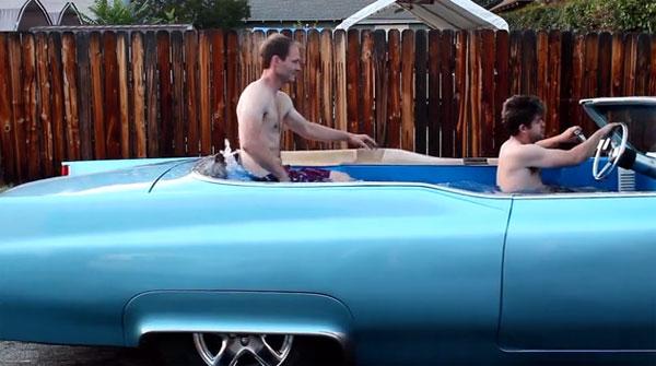 Van ouderwetse Cadillac naar rijdend bubbelbad