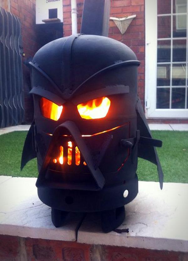 Een Darth Vader houtkachel voor in de tuin