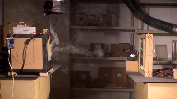 Deze omslachtige machine communiceert met rooksignalen