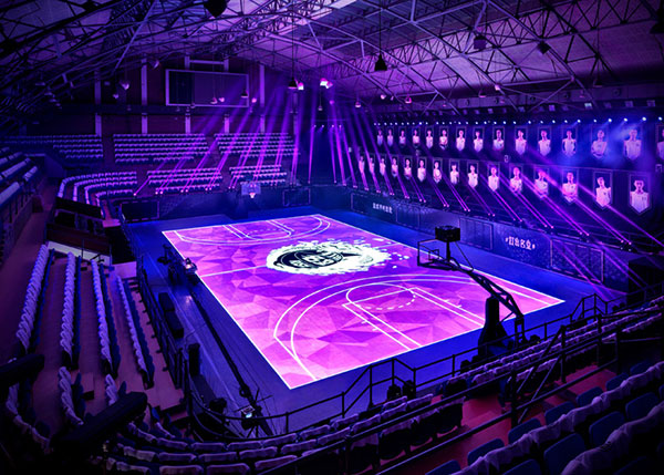 High-tech basketbal met bewegingssensoren en een LED-veld