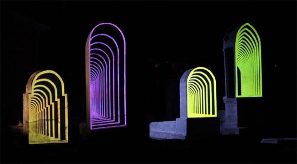 Dankzij projection mapping komt deze begraafplaats 's nachts tot leven