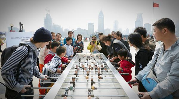 Deze gigantische voetbaltafel is voorzien van de hoofden van 22 wereldleiders