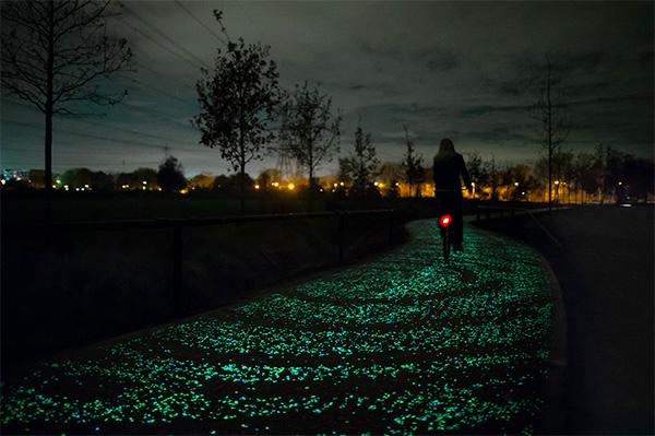 Het sprookjesachtige lichtgevende fietspad van Daan Roosegaarde