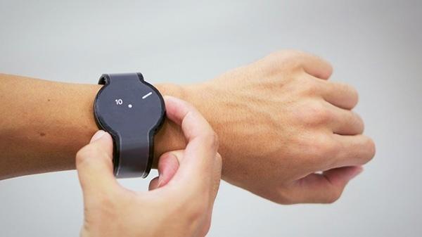 Dankzij e-ink verander je met een druk op de knop het uiterlijk van dit horloge