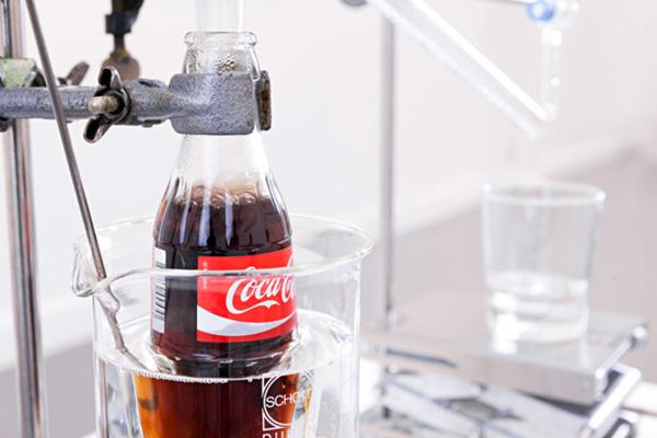 Interessante kunstinstallatie maakt water van cola