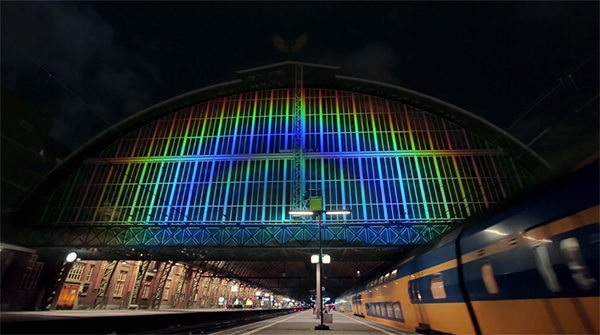 Amsterdam Centraal als lichtkunstwerk