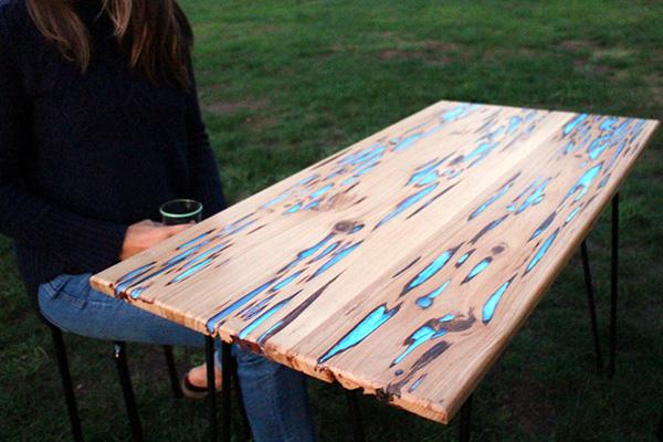 Schitterende houten tafels zijn voorzien van lichtgevende hars