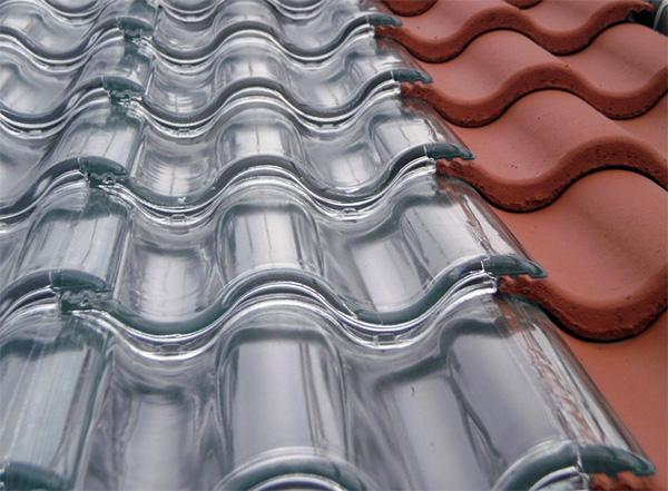 Dankzij doorzichtige dakpannen kan ieder huis worden verwarmd met zonne-energie