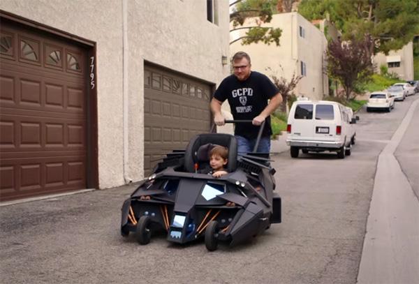 Met de Batman kinderwagen heeft iedereen in de buurt ontzag voor vader en kind