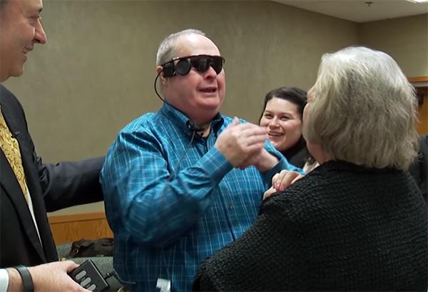 Dankzij een bionische bril ziet deze man voor het eerst in tien jaar zijn vrouw