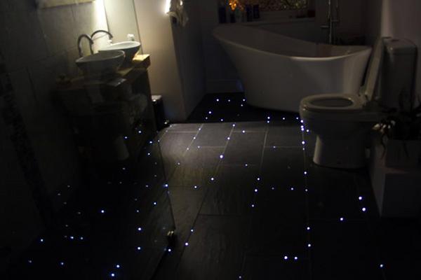 Zo voorzie je de badkamervloer van lichtgevende sterren
